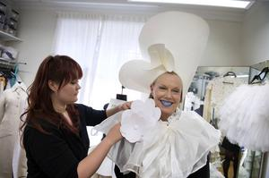 Linnea Brun hjälper Arja Saijonmaa att prova drottningstassen.