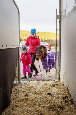 Iris lastade sin ponny efter träningen.
