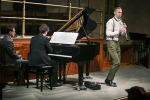 Peter Friis Johansson på piano och klarinettisten Emil Jonason gav en konsert med både visuella och musikaliska intryck.