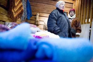 Inger Jakobsson sålde trähästar och Yvonne Eriksson sålde stickat, virkat sytt och mycket annat.