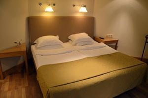 Carolinasviten på Elite Hotel Knaust. Sovrummet ligger i anslutning till badrum och allrum.