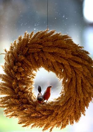 Halmsaker passar bra som juldekoration i en gård med anor från 1500-talet.