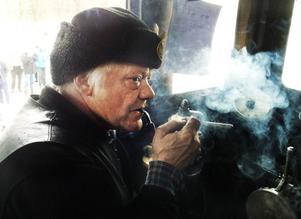 I åtta år har Lennart Persson från Fåker kört ånglok. Han är en av de få i landet som behärskar den konsten. Väl framme i Sikås tänder han pipan i den redan rökiga hytten.