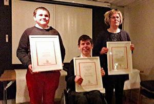 Priset emottogs av från vänster Johnatan Öjerteg, Julian Arnberg och Anette Nilsson.