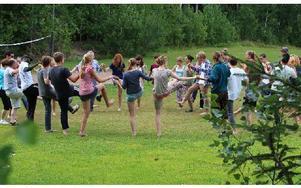 Efter lite tvekan de första dagarna tycker lägerdeltagarna att det är jätteroligt att dansa folkdanser från olika länder. Foto: Eva Högkvist