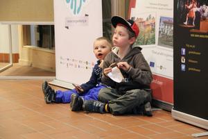 Knut Sandqvist, 3 år, och Gösta Sandqvist, 6 år, laddar upp inför föreställningen med choklad.