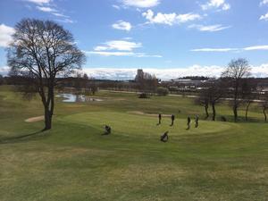 Bilden är tagen från restaurangen på Västerås golfklubb. Några lyckliga spelare ute under långfredagen. Har det gått bra eller dåligt?
