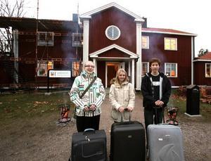 """Kenya nästa. Tove Jacobson, Kajsa Loman och Geir Brodén är färdigpackade inför den spännande resan som startade i morse klockan sju. """"Jag är mest nervös för att sova över"""", skrattade Tove."""