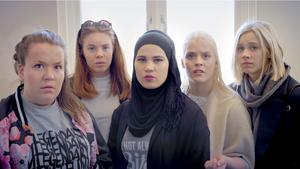 Skams grepp att använda sociala medier och sms-konversationer som en del av berättandet återfinns i de unga skribenternas texter oberoende av den populära norska tv-serien.