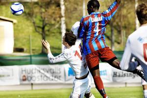 Rotebros Mbye Camara får undan bollen framfrö Pelle Lööf.
