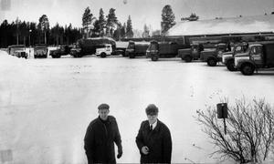 I mitten av 60-talet hade Sandberg & Jonssons åkeri flyttat till Odenskog med hela sin vagnpark som då omfattade både tankbilar, grusbilar, dumprar och långtradare. De båda kompanjonerna Kurt Jonsson och Ruben Sandberg i förgrunden. På stora bilden är Kurt Jonsson tillbaka på åkeriets gård.