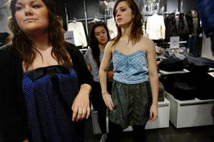 Ett par trasiga byxor blev kjolen i den klänning som Johanna Falck, till höger, har sytt. Livet kommer från en redan befintlig klänning, och kjolen i den blev till ett flätat skärp som hon sydde på i midjan.