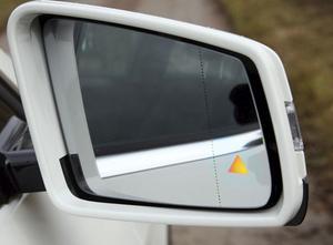 En blinkande lampa i ytterbackspegeln varnar för trafik i döda vinkeln. En säkerhetsfiness som Volvo haft i många år.