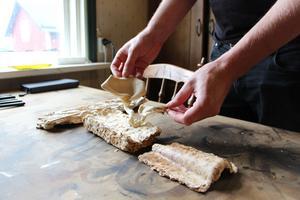 Att kunna binda ihop material genom mycel från ostronskivling är ett av projekten som Erik Lith arbterar på.