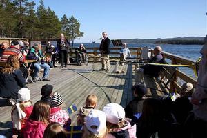 I strålande majväder invigdes Måvikens naturstig under festliga former med sång av en barnkör och tal av landshövding Gerhard Larsson.