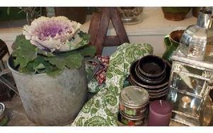 -- Det enklaste sättet att förändra ett rum är att byta plats på saker och ting, exempelvis blomkrukor och hänga om tavlorna, säger Maria.