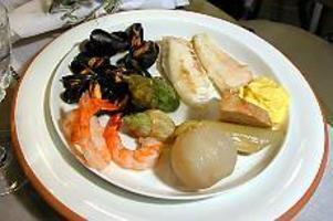 En sydfransk aioli med härliga grönsaker, kokt fisk, musslor och en smal vitlökssås värmer i vintermörkret. Foto: Aino Heimerson