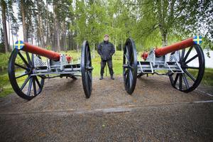 Två imponerande pjäser, kanoner på vardera ett drygt ton, bevakar infarten till Kårböle skans.