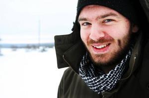 Uppväxt i Kälom men nu boende i Östersund. Musikern Markus Ernehed känner mycket för hembygden som han menar att man gärna återvänder till även efter att ha upplevt andra platser.– Man måste förtjäna att bo här, säger han med glimten i ögat.