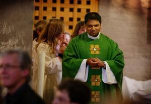 FLYTTAR HEM. Jämtlands katolske präst Fader George, känd för att samordna bönestunder med andra religioner och för sitt långa efternamn, tar farväl av Jämtland och återvänder till Indien. I går hölls en avskedsmässa av George Koorumullumpurayidam i Hornsbergskyrkan där även präster från andra religiösa samfund deltog.–Jag ser att vänner från andra religioner är här och jag blir glad att vi kan fira den här heliga mässan tillsammans, sade fader Geroge inledningsvis på mässan.Fader George började arbeta som katolsk präst i Jämtland 2005, men har nu kallats tillbaka till sin mission  i Indien. Foto: Ulrika Andersson