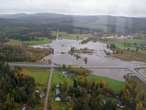 Hällsjö var ett av de drabbade områdena under regnet, här är foto taget från en polishelikopter.