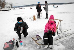 VÄRMANDE. Lisa Knus fick varm choklad av mamma Katarina Knus vid förra årets barnfiske i samband med Norarycket.