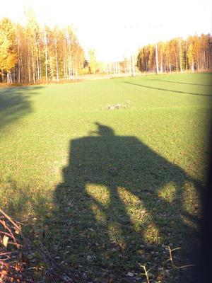 Jag är med min bror på älgjakt i Västerfärnebo och när solen går upp över trädtopparna första älgjaktsmorgonen passar jag på att ta lite snygga bilder.