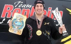 En nöjd Adam Renheim med VM-guld och segerpokal.FOTO: ROLF JOHANSSON