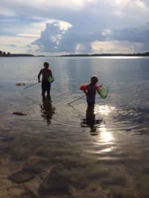 Joel och Isak fiskar utanför Arholma på Västra Rödskär. Foto Åsa Söderman