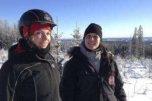 Ulrika Ellgren och Karolina Svensk är barndomsvänner från Söderhamn. Nu satsar de på sitt företag Ockelbo islandshästar med sinnesro-ritter och rovdjursspaning i Åmots skogar.
