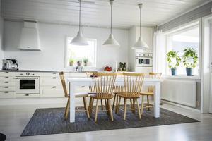 Köket och vardagsrummet har en öppen planlösning. Pinnstolarna har Eva-Lena hittat via en efterlysning på Facebook.