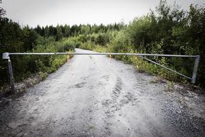 Efter fjolårets bärplockarläger utanför Enånger, bestämde sig fyra markägare för att spärra av en enskild väg med en bom. Problemet för markägarna är att de får ta hand om en massa skräp som bärplockarna lämnar efter sig där de haft sina läger.