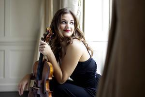 Alexandra Soumm, fransk violinist som spelar med Gävlesymfonikerna vid torsdagens konsert. Vi visar bilden för att visa hur vi tycker att solister inte ska behöva posera.