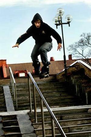 Robert Amartinesei tar sig nerför en trappa som bara en inlinesåkare kan.