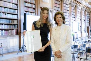 Rebecca Eriksson från Leksand fick på torsdagen ta emot stipendiet Queen Silvia nursing award ur drottning Silvias hand i samband med en ceremoni i Bernadottebiblioteket i Stockholms slott.