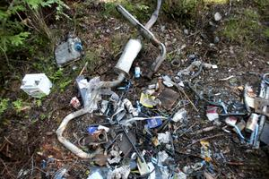 Återkommande. Samma period förra året upptäckes dumpat skräp i slänten längs Hundbäcksvägen. Foto:Gunne Ramberg