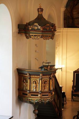 Från den gamla 1600-talskyrkan kommer den renoverade predikstolen som har fått tillbaka sin lyster, och som är utsmyckad med träfigurer som föreställer de fyra evangelisterna.