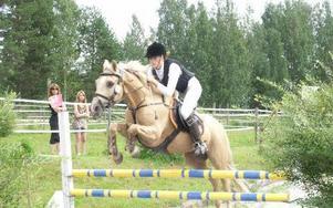 SÅG BRA UT. Även Borlänge RS Emma Bossel här på Moonlit Pommery red sina båda ponnyer riktigt bra men båda fick 8 fel men det blev ändå en tredje plats. Här ute i terrängen genom graven med  kombination.