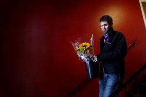 Kenneth Källman, Östersundsbostäder, knackar på i lägenheterna på Divisionsgränd 16. Han hälsar välkommen tillbaka och delar ut blommor.