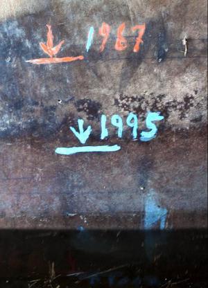 Bo Paulsson har mätt översvämningarna varje år, i sin vedbod. Som synes är det en bit kvar till rekordåret 1967. Just nu är  boningshuset utom fara men stiger vattnet tjugo centi- meter till så rinner det in i källaren.