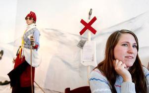 Hemslöjdsförbundet ställer ut återbruksslöjd med vintersporttema i Jamtlis kafé. Amanda Jönsson är en av de ansvariga.  Foto: Henrik Flygare