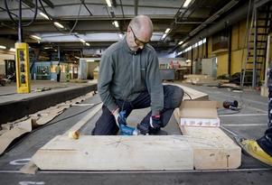 verk som tar skruv? Konstnären Jonas Holmquists komplicerade arbete med jättekonstruktionen löstes av en unik skruv.
