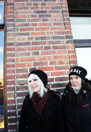 """Cim Hermansson ska vara hemma i Östersund. """"Jag ska bara ta det lugnt, plugga lite kanske"""". Storasyster Connie Hermansson åker till Åkersjön. """"Min pojkväns familj har stuga där, så vi ska dit och åka skoter och skidor""""."""