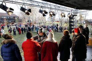 Kommunalrådet och Centerprofilen Per Söderberg iklädde sig rollen som mathantverksintervjuare. Men det krävs fler besökare för att julmarknaden på Jamtli ska nå upp till 23 000 besökare och slå rekord.