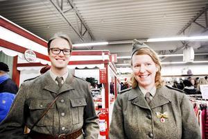 Jens Karlssons och Maria Kallvis militärutstyrsel är en god kandidat till bästa utklädsel.