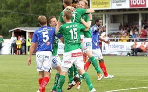 MÅLJUBEL. Johan  Eklund har gjort matchens enda mål och kramas om av glada lagkompisar.Foto: CURT KVICKER