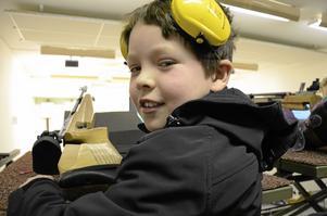 Positiv inställning. Emil Blomberg, 8 år, är optimist. – Det kommer att gå bra, säger han strax innan han ska inleda sitt tävlingsskytte.