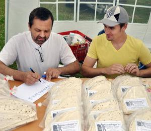 Rainer och Niklas Löthman sålde egenhändigt fabriksbakat tunnbröd från Stavre.