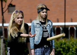 Henna Lundberg och Tyra Einberg spelar kubb.