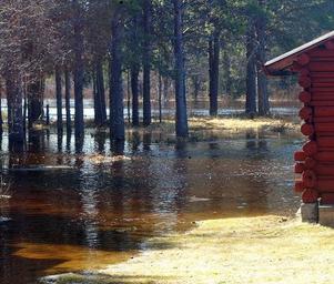 Genom att mäta vattenmängden i snö hoppas forskare kunna förutse hur stor vårfloden kan bli. Bilden är hämtad från en översvämmad Veman 2006.